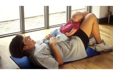 Mãe exercitando com o bebê dela